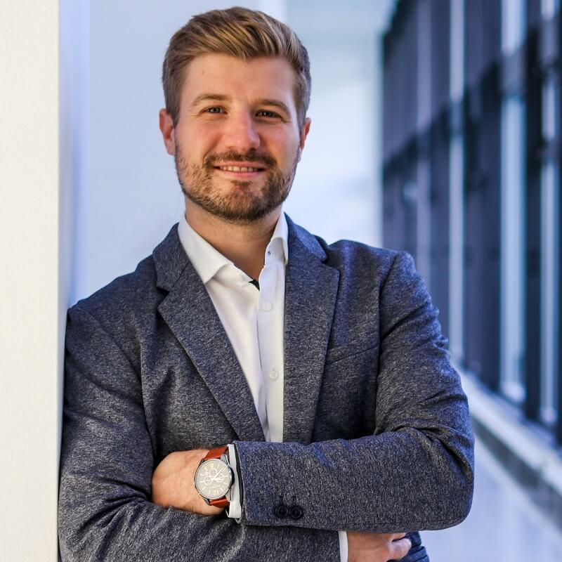 Dominik-Jakob-Sales-comselect